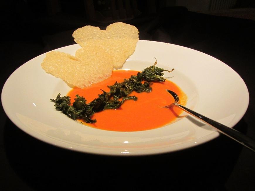 Happy Valentine!! – Paprikasuppe mit Parmesanherzen und scharfen Grünkohl-Chips…